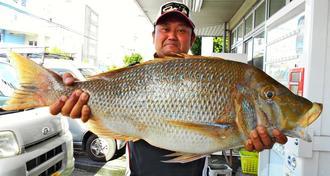 伊是名島で79・1センチ、5・98キロのタマンを釣った翁長伸さん=3日