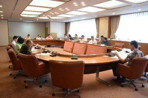 離島船舶やタクシーへのオキカ導入に向けて協議する協議会の委員ら=21日、県庁