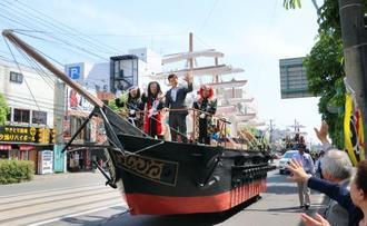 北海道函館市で行われた幕末や戊辰戦争をテーマにしたパレード。中央右は俳優の山本耕史さん=19日