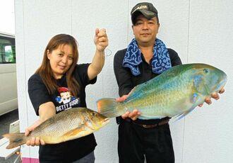 宮城島で60・9センチ、4・4キロのマクブと45・7センチ、1・26キロのタマンを釣った安里尚之さん(右)=6月24日