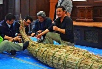 旧石器人が造ったと考えられる草舟の製作を実演する「3万年前の航海徹底再現プロジェクト」のメンバーら=16日、都内の国立科学博物館