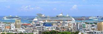 那覇港にクルーズ船3隻が同時入港。総勢約7500人の外国人観光客が下船した=7月28日