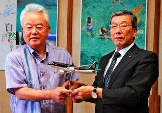 富川盛武副知事(左)に新規就航を報告したスターフライヤーの松石禎己社長=9日、県庁