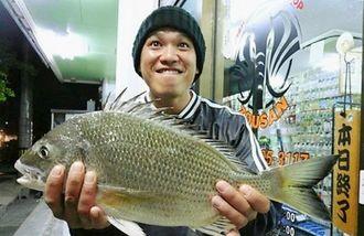 20日、中城海岸で48・5センチ1・54キロのチンシラーを釣った東恩納幹さん。道糸3号、ハリス2号、針チヌ3号