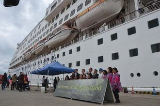 今年初のクルーズ船寄港で、来島記念写真を撮る石垣市とアクエリアス号の船長ら=27日、石垣港