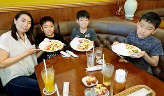 子どもカフェに最初の客として訪れた家族=26日、那覇市牧志
