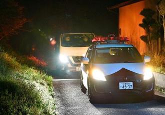 刺殺事件があった現場付近を警戒する警察車両=25日午後10時15分、福岡県小竹町
