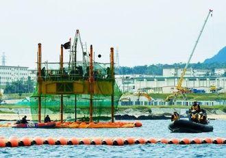 スパット台船から海に掘削棒を下ろし再開されたボーリング調査=12日午後2時25分、名護市辺野古沖