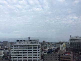沖縄地方は、前線の影響で曇っています