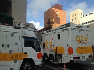 沖縄タイムス社に読売テレビさんの中継車が止まっています