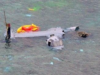 名護市安部の海岸に墜落し大破したオスプレイ=14日午後2時54分(本社チャーターヘリから金城健太撮影)