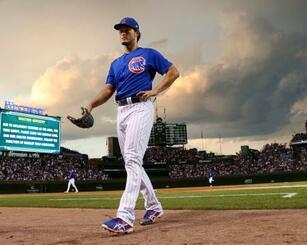 ブレーブス戦の4回途中、悪天候で試合が中断となり、ベンチへ戻るカブスのダルビッシュ=シカゴ(共同)