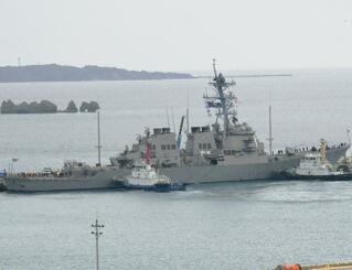 ホワイトビーチに接岸する米海軍のイージス艦ミリアス=19日午後3時ごろ、うるま市・ホワイトビーチ