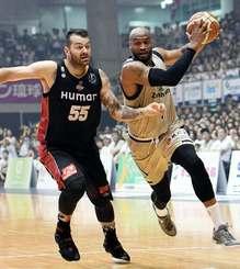 キングス-大阪 第1Q、インサイドに切れ込むキングスのレイショーン・テリー(右)=沖縄市体育館