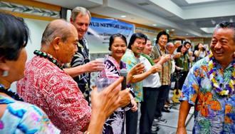 再会を喜び合うWUB各支部の会長ら=2日、ハワイのハワイ日本文化センター