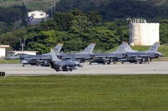 米軍嘉手納基地に着陸した、米軍三沢基地所属のF16戦闘機=12日午後5時ごろ、米軍嘉手納基地(読者提供)