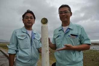 「相馬市」と書かれたポールを見つけた三和アグリテクノの佐久田隆彦さん(左)と高山健太郎社長=10日、中城村南浜