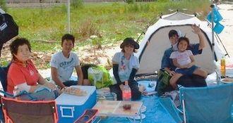 那覇市からキャンプに訪れた上原さん家族=国頭村・鏡地ビーチ