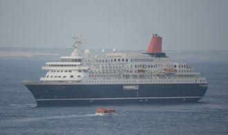 南大東漁港沖に停泊するにっぽん丸。奥は北大東島