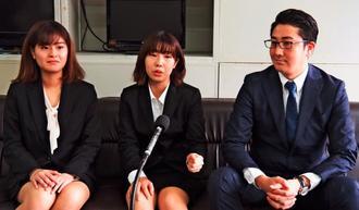 韓国男児の救助をきっかけにフィリピンに短期留学する名桜大生の(左から)國吉愛加さん、仲村由衣さん、留学手続きをサポートする八幡塁さん=18日、県庁
