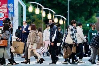 愛知県が飲食店に要請した時短営業が始まった名古屋市の繁華街、栄をマスク姿で歩く人たち=29日午後