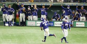 ヤマハ―NTT東日本 4回裏、火ノ浦(4)の3ランに立ち上がって喜ぶNTT東日本ベンチ=東京ドーム