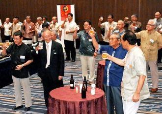 政経懇話会の500回を記念し、乾杯で祝う会員ら=30日午後、ANAクラウンプラザホテル沖縄ハーバービュー
