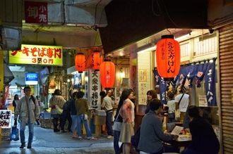 人気店がひしめく通りでは、昼間から多くの人でにぎわう=那覇市松尾