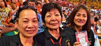 【フィリピン】左からユリコ・タケハラさん(64)、フミコ・タケハラさん(81)、ヒガ・アデラさん(63)
