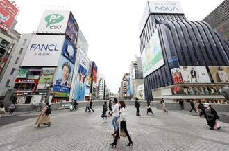 人通りがまばらな大阪・ミナミの戎橋。大阪府で新型コロナウイルスの新規感染者数が初めて千人を超えた=13日午後、大阪市