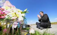 リンさん殺害2年で父親が献花 「会いたい気持ち強く」