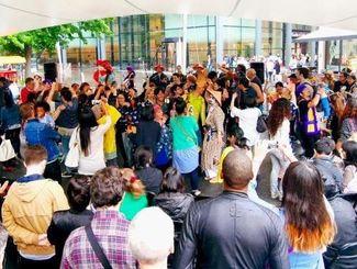 フィナーレで「唐船ドーイ」に合わせてカチャーシーを踊る参加者たち=ロンドン東部スピタルフィールズ