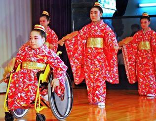 同級生と一緒に「かぎやで風」を踊る上地由花さん(手前)=8日、読谷村・楚辺公民館