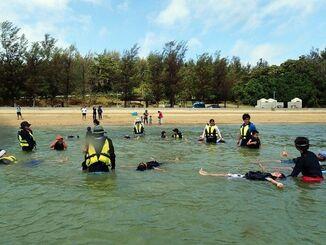 (資料写真)ライフジャケットを着て、海水に浮かぶ講習を受띱ける子どもたち=宜野座村