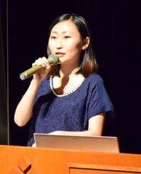 「夜の街をさまよう少女たち」をテーマに語る仁藤夢乃さん=県男女共同参画センターてぃるる