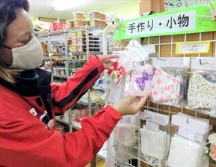 カラフルなマスクを手に取る村民=伊是名村・高良屋