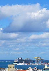 雲は多いですが、晴れています 大型クルーズ船が入港しています