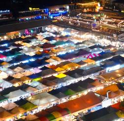 飲食店などのテントがひしめくナイトマーケット「鉄道夜市」=バンコク