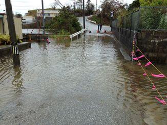 冠水した道路=5日午前、沖縄市登川