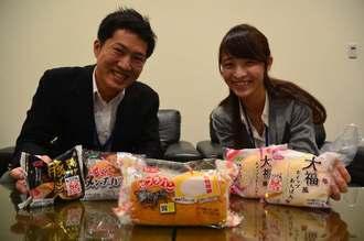 受験生を応援するパッケージの「ゼブラパン」など5商品をPRするオキコの越川健一さん(左)と屋良恵美子さん=26日、沖縄タイムス社