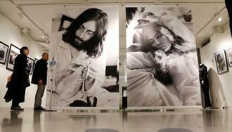 ジョン・レノンとオノ・ヨーコさんが、ベッドの上から反戦平和を訴えた「ベッドイン」のパフォーマンスを捉えた写真展=7日夜、東京・渋谷