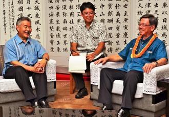 翁長雄志知事(右)と談笑するデービッド・イゲ米ハワイ州知事(左)=26日、県庁