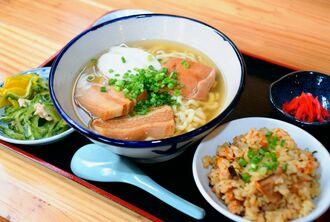 一番人気「伊豆味そば」のじゅーしーセット。コシのある麺がこだわり
