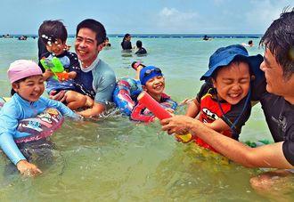 時折青空が広がる中、海水浴を楽しむ親子連れ=2019年5月、豊見城市・豊崎美らSUNビーチ(国吉聡志撮影)