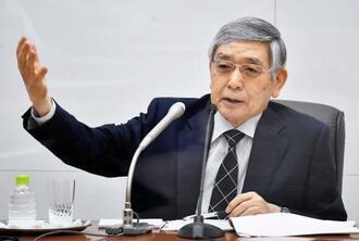金融政策決定会合を終え、記者会見する日銀の黒田総裁=18日午後、日銀本店(代表撮影)