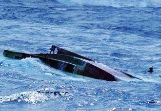 久米島西南西沖33キロで転覆した状態で見つかった那覇地区漁協所属の漁船「海修丸」=8日午後2時すぎ(那覇海上保安部提供)