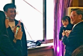 翁長雄志知事(右)と記念撮影する参加者=中国北京市内
