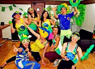 サッカーW杯ブラジル大会の応援グッズを身につけサンバを踊る宮城佳代子さん(右上)、弥生さん(左下)ら=10日、那覇市の宮城サンバダンス教室