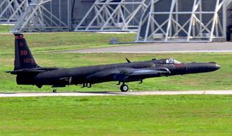 飛来から1カ月以上が経過したU2偵察機。嘉手納基地を拠点に離着陸する様子が確認された=2日午後3時31分、嘉手納基地(読者提供)