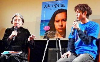 映画「人魚に会える日。」の東京上映を記念して対談する仲村颯悟監督(右)と女優の樹木希林さん=3日、東京・渋谷